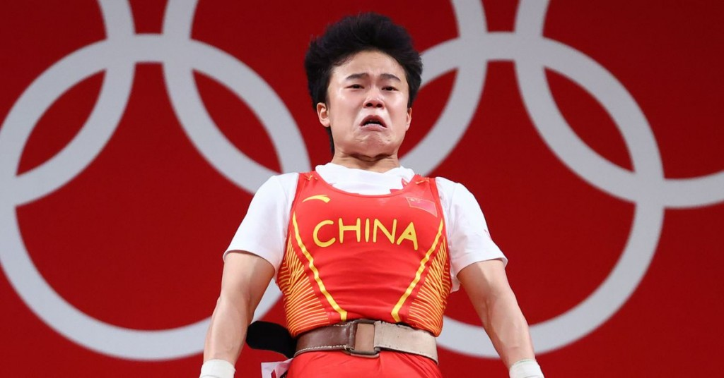 Hou Zhihui competingin women's 49 kg weightlifting event. (Reuters photo)