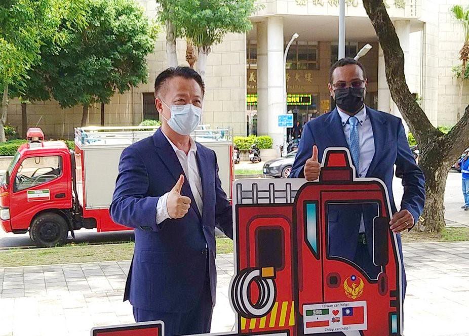 Chiayi County Magistrate Weng Chang-liang (left) and Somaliland representative to TaiwanMohamed Omar Hagi Mohamoud