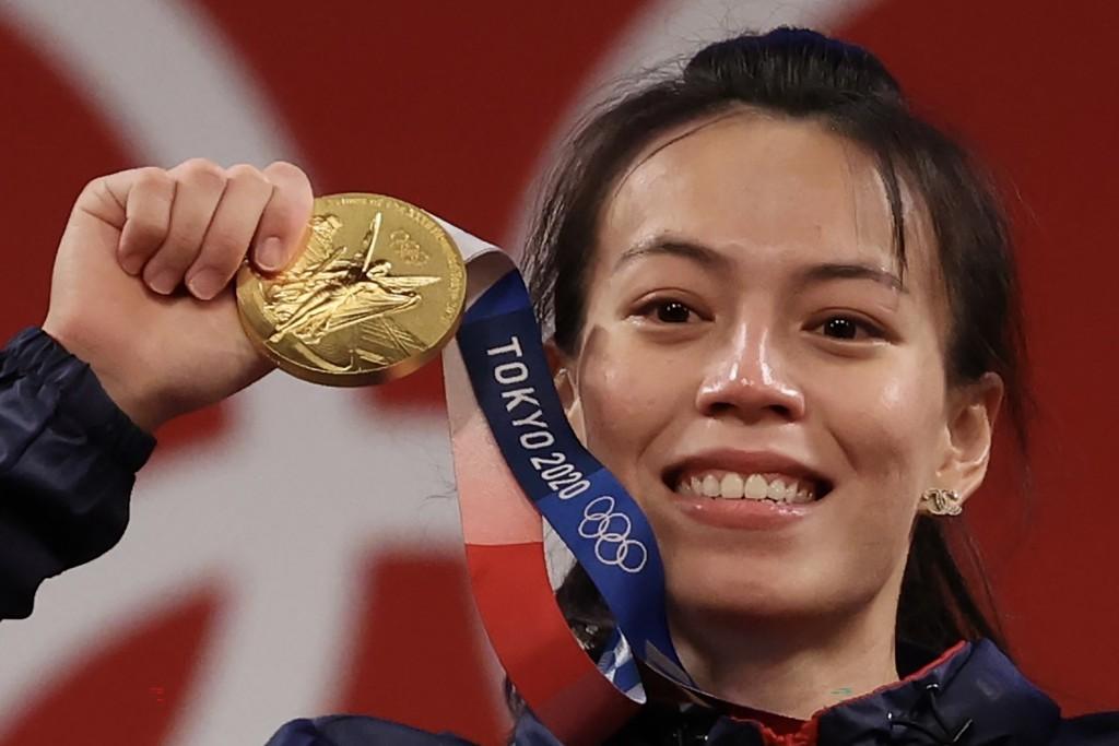 頒獎時郭婞淳開心舉起金牌,一度情緒激動,紅了眼眶(上圖) 。中央社