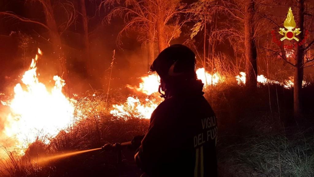 南歐數國近日遭遇野火,大面積土地被燒毀。(圖/路透社)
