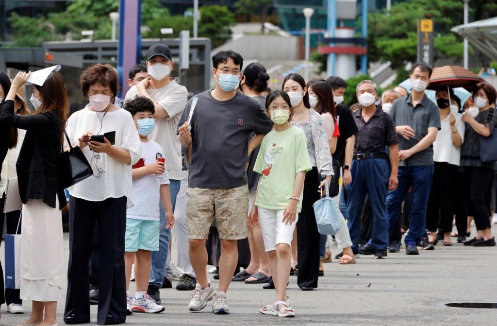 南韓第四波疫情來勢洶洶,單日確診不斷創新高,且病毒正在擴散至非首都圈。(圖/路透社)