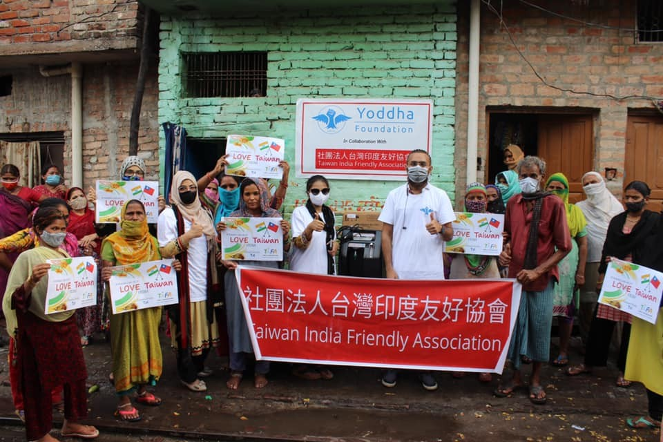 Yoddha Foundation volunteers and local residents in Lakhnow, Utter Pradesh. (Facebook, Taiwan India Friendly Association photo)