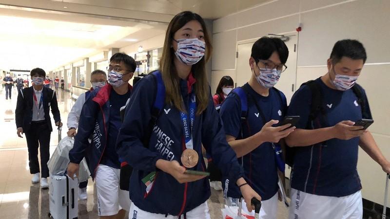 台灣選手東京奧運表現亮眼,包括楊勇緯(後左1)、羅嘉翎(前中)和方莞靈等18人, 28日返回台灣。中央社