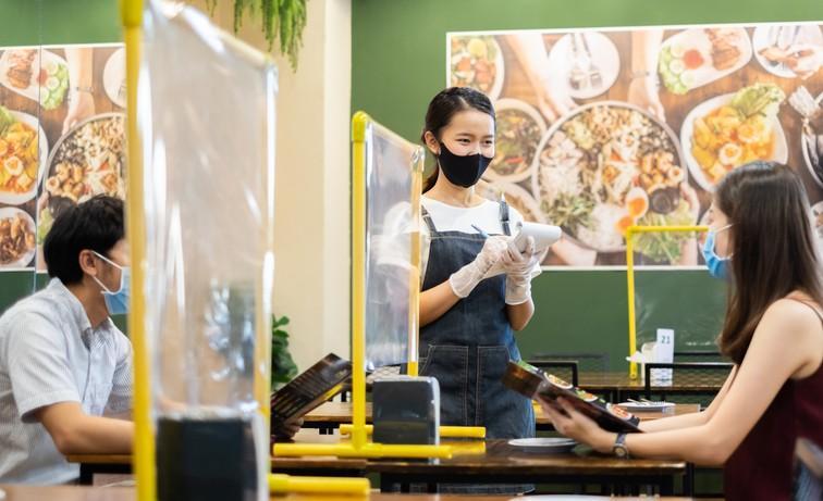 台北市政府7/29公布餐飲內用標準,台北市副市長黃珊珊表示,最快明天就會宣布下週是否開放。(示意圖/Getty Images)