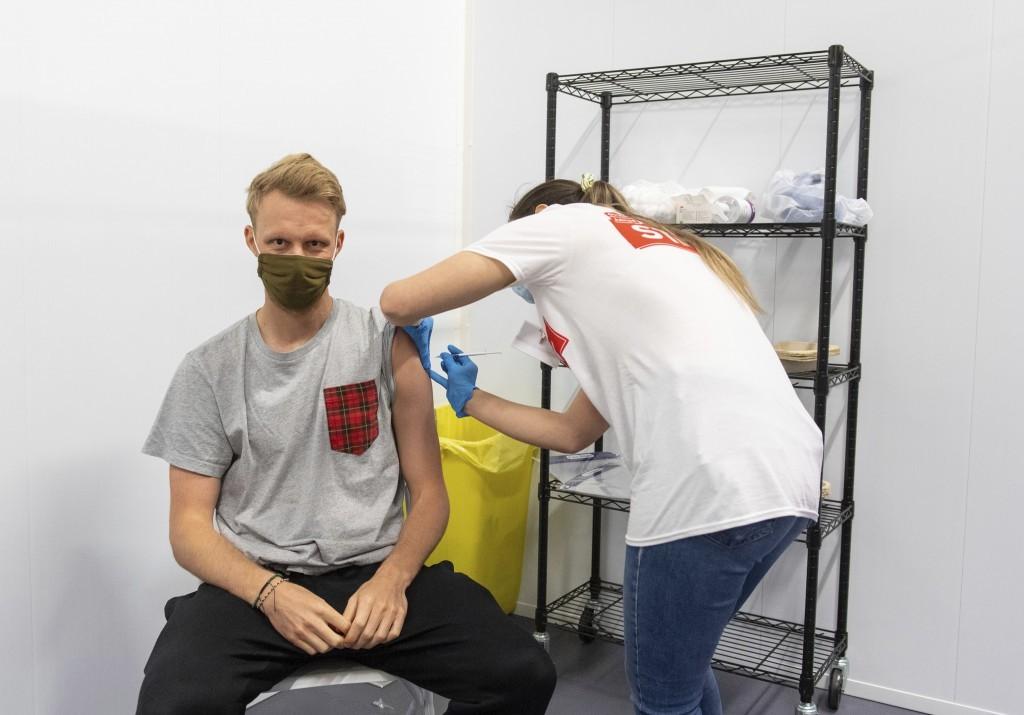 未持有居留證的外來人口(含外國人、大陸地區人民、香港澳門居民及臺灣地區無戶籍國民)也可在台灣施打新冠肺炎疫苗。(圖/美聯社)