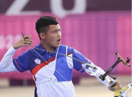 台灣射箭小將湯智鈞今(31)日在東京奧運男子射箭個人16強賽力克以色列選手夏尼(Itay Shanny),晉身8強。