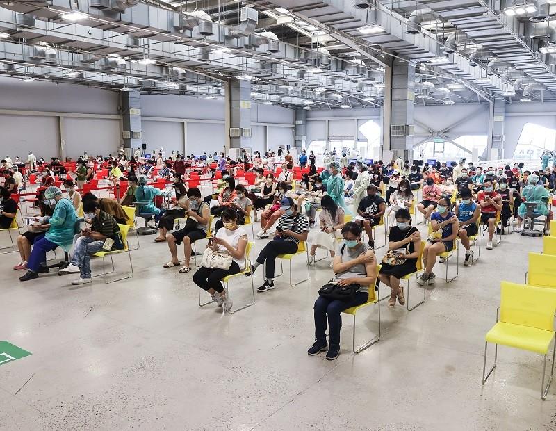 台北花博爭艷館大型接種站, 29日持續為民眾施打COVID-19疫苗。中央社
