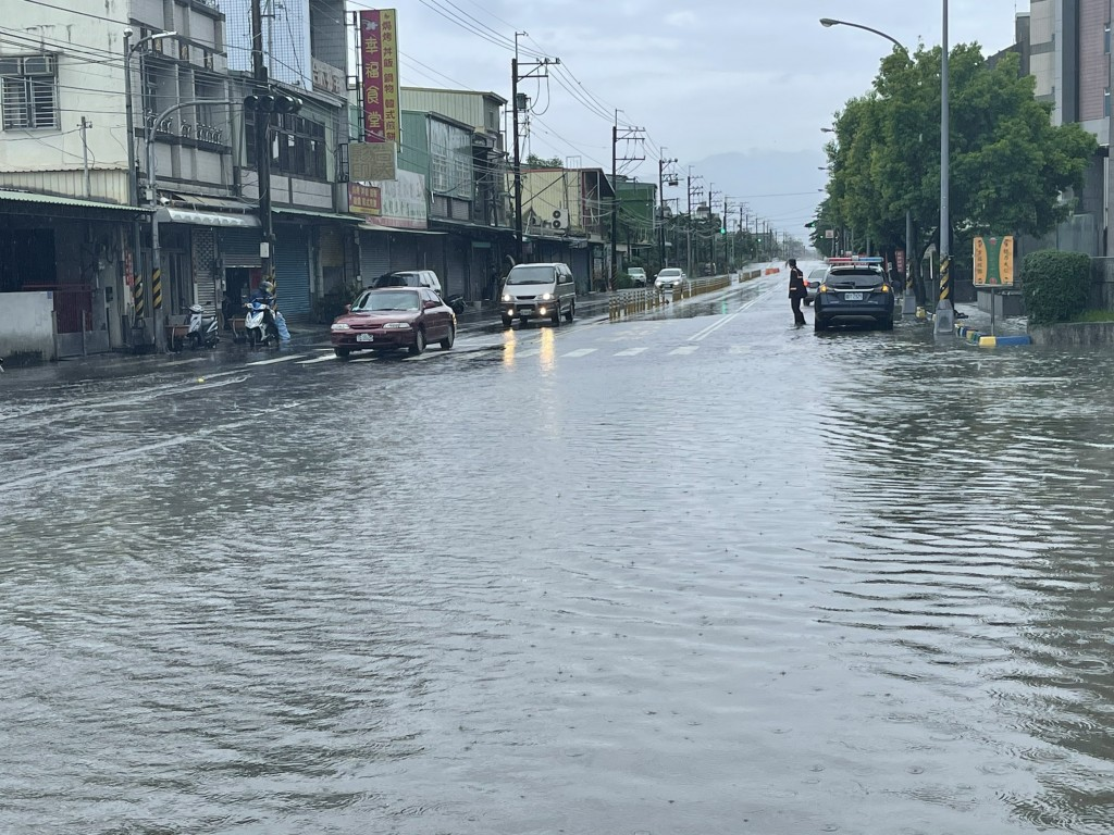 Flooded streets in Pingtung County Saturday (CNA, Ligang Police photo).