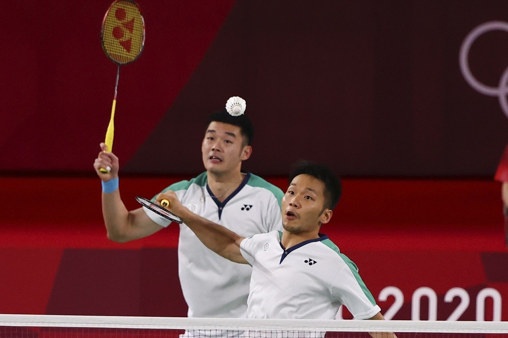 台灣男雙組合王齊麟(左)與李洋(右),7月31日晚間在東京奧運羽球男子雙打冠軍戰,迎戰中國隊,為台灣奪得本屆奧運第2面金牌。中央社