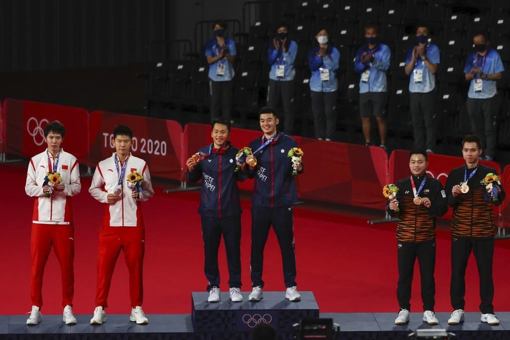 奧運羽球男雙的金牌是中華隊 (中間), 銀牌是中國隊 (圖左) ,銅牌得主則是馬來西亞隊 (圖右)/路透