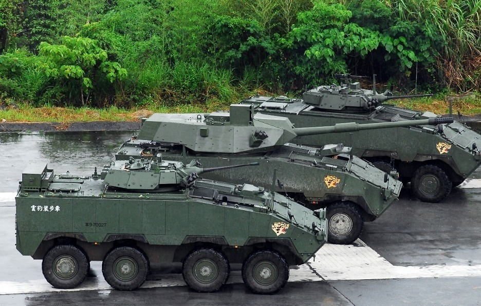 Clouded Leopard armored vehicle (center). (MND photo)