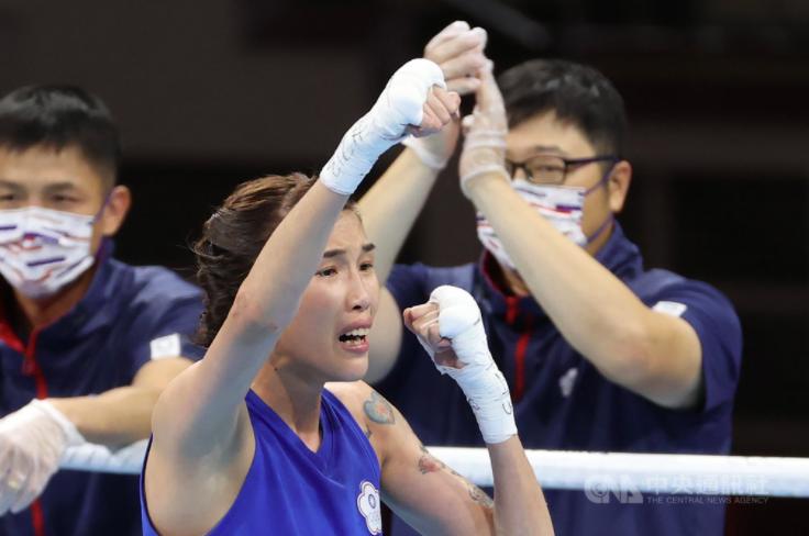 台灣好手黃筱雯(中)在東奧女子拳擊擊敗塞爾維亞對手晉級4強。(圖/中央社)