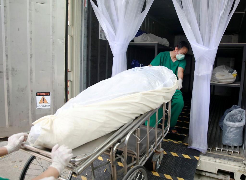 由於泰國當地死亡人數太多,政府不得不開始將染疫死亡的屍體放入如冰箱的貨櫃中。(圖/路透社)