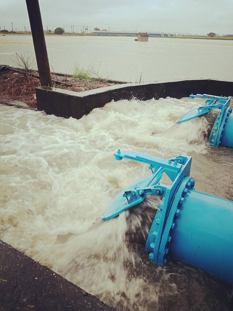 受西南氣流影響,雲林縣1日大雨導致沿海地區多處積淹水,以水林鄉較為嚴重,縣府已緊急調派移動式抽水機排水。(雲林縣政府提供)中央社