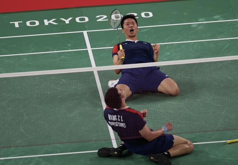 台灣羽球男雙搭檔李洋、王齊麟從小組賽一路過關斬將,摘下金牌,每場賽事獲勝時,兩人總會一正、一反跪在地上歡呼慶祝,有如「一正一反」的聖筊,讓...