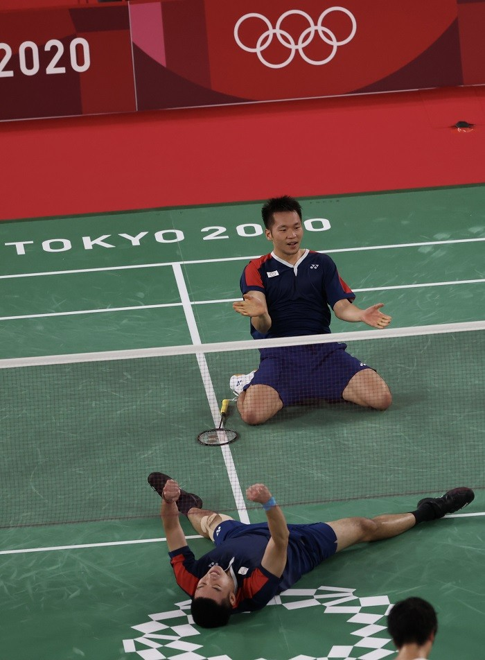 「聖筊兄弟」李洋、王齊麟勇奪東奧羽球金牌 台灣土地銀行將推「麟洋」信用卡•追加公仔海報簽名球