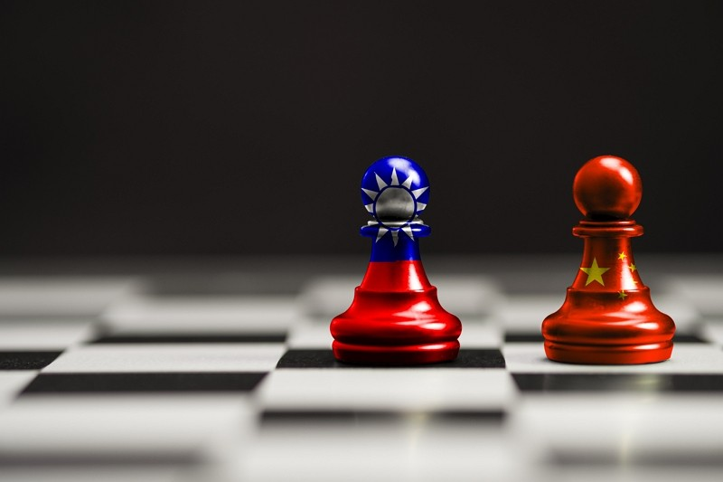 Taiwan and China flagson pawns. (Getty Images)