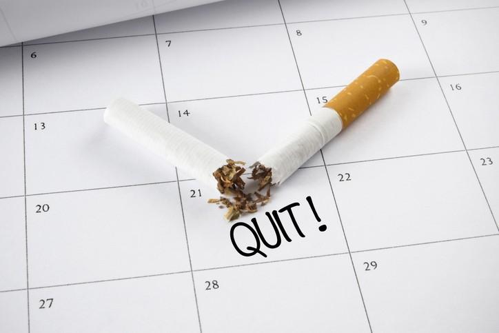 醫師表示,戒菸者僅靠意志力恐容易破功,建議須搭配能快速紓緩戒斷症狀的尼古丁替代療法,以有效擊退菸癮 。(示意圖/Getty Images)...