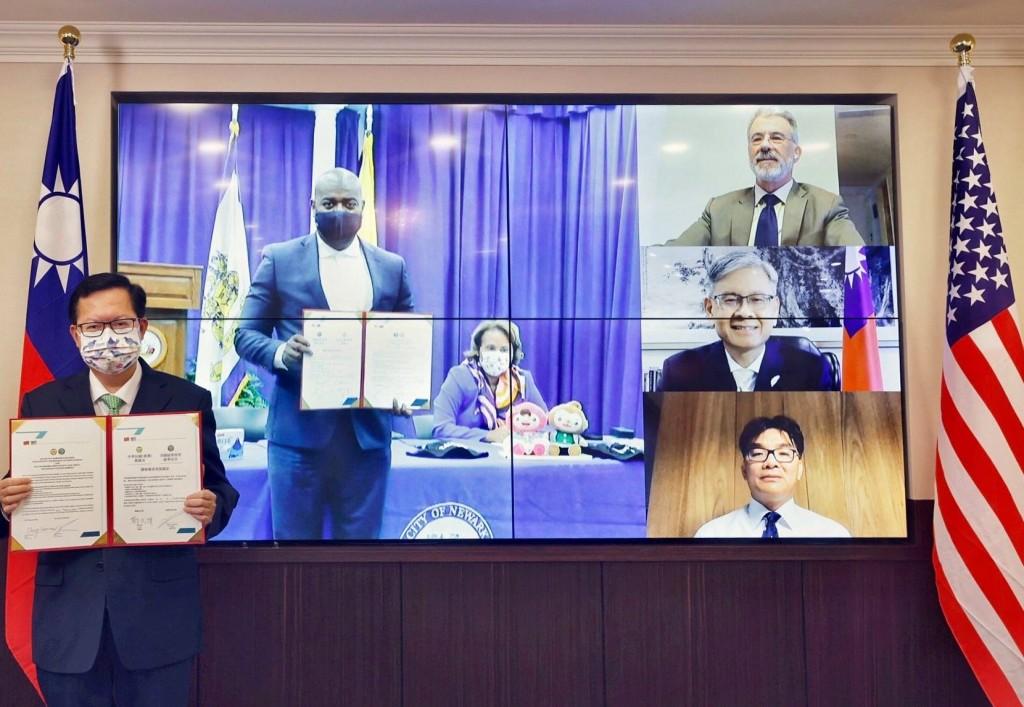 Taoyuan City Mayor Cheng Wen-tsan (left) establishes sister-city relations with Newark, New Jersey. (Facebook, Cheng Wen-tsan photo)