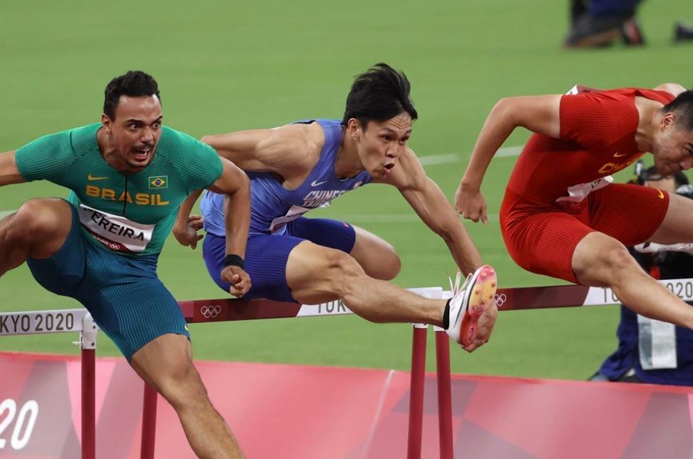 陳奎儒(中)3日在東京奧運男子110公尺跨欄預賽飆出本季最佳的13秒53,透過擇優晉級準決賽。(圖/中央社)