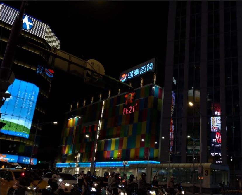 圖為遠百台北寶慶店夜景 (台灣英文新聞檔案照片/宇妍 攝影)