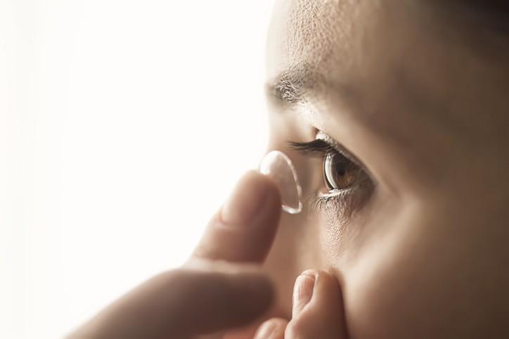 坊間有傳言戴隱形眼鏡時不能使用眼藥水或人工淚液,否則會傷害眼睛,這是真的嗎? (示意圖/Getty Images)