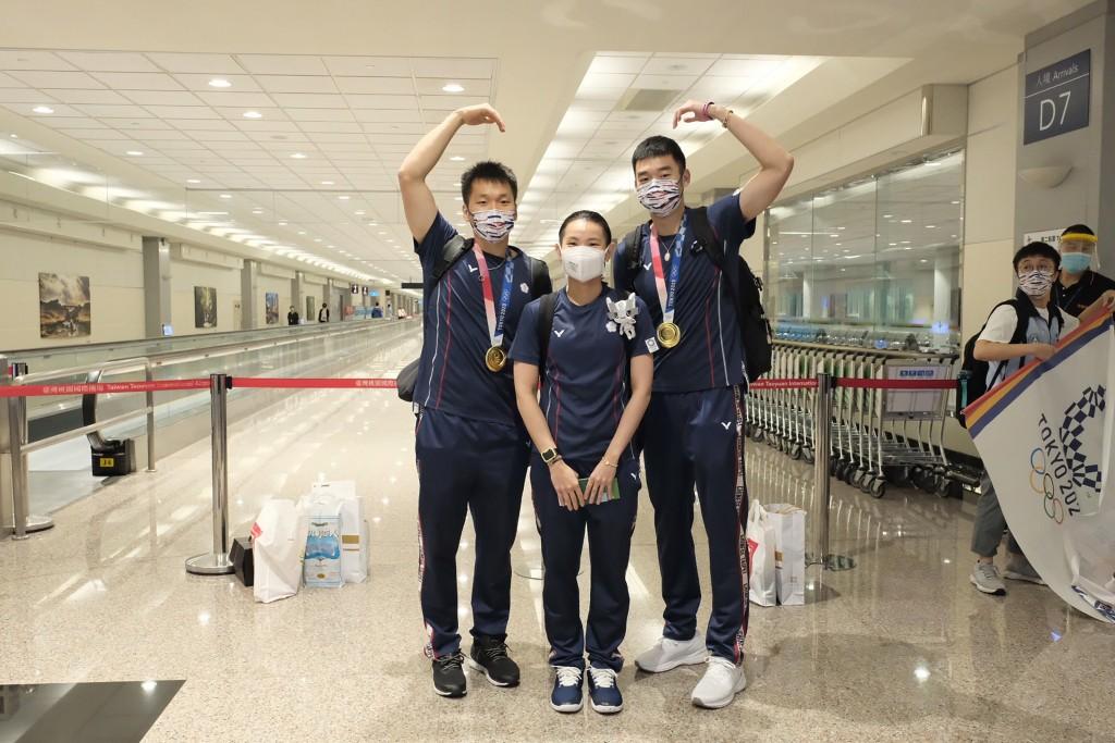 中華代表隊羽球男雙組合「麟洋配」王齊麟(前右)與李洋(前左)、世界球后戴資穎(前中)於4日自東奧返台。