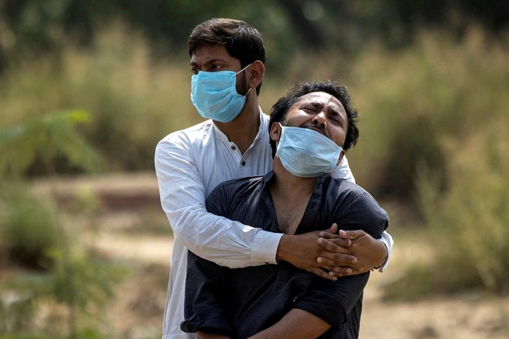 全球約三分之一國家病例攀升,許多國家甚至半數人口尚未接種第一劑疫苗。(圖/路透社)