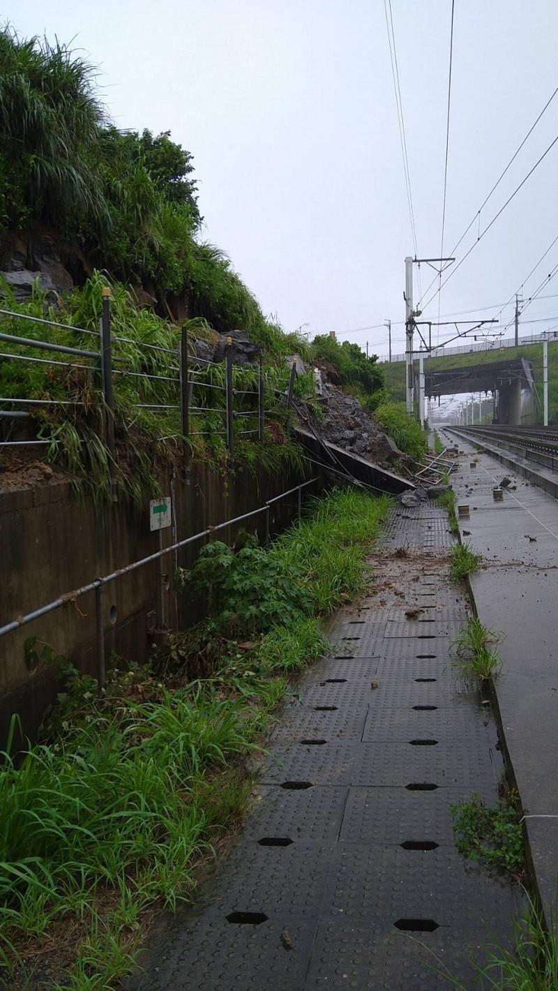 台灣高鐵7日表示,苗栗路段受大雨造成邊坡落石,影響通行。(台灣高鐵提供)中央社