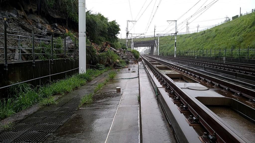 【更新】台灣高鐵因雨邊坡落石•暫停苗栗台中區間雙向運轉 台鐵應援6千座位: 對號列車增停新烏日、竹南站