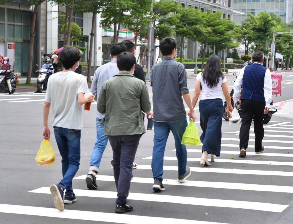 台北市衛生局公布確診者足跡,包跨內湖花卉市場、特力屋、HOLA、大潤發,以及御宴鐵板燒。