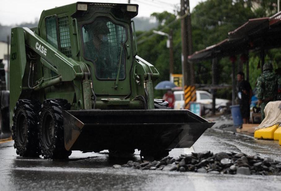 Taiwan soldier operates bulldozer to remove debris. (Military News Agency photo)