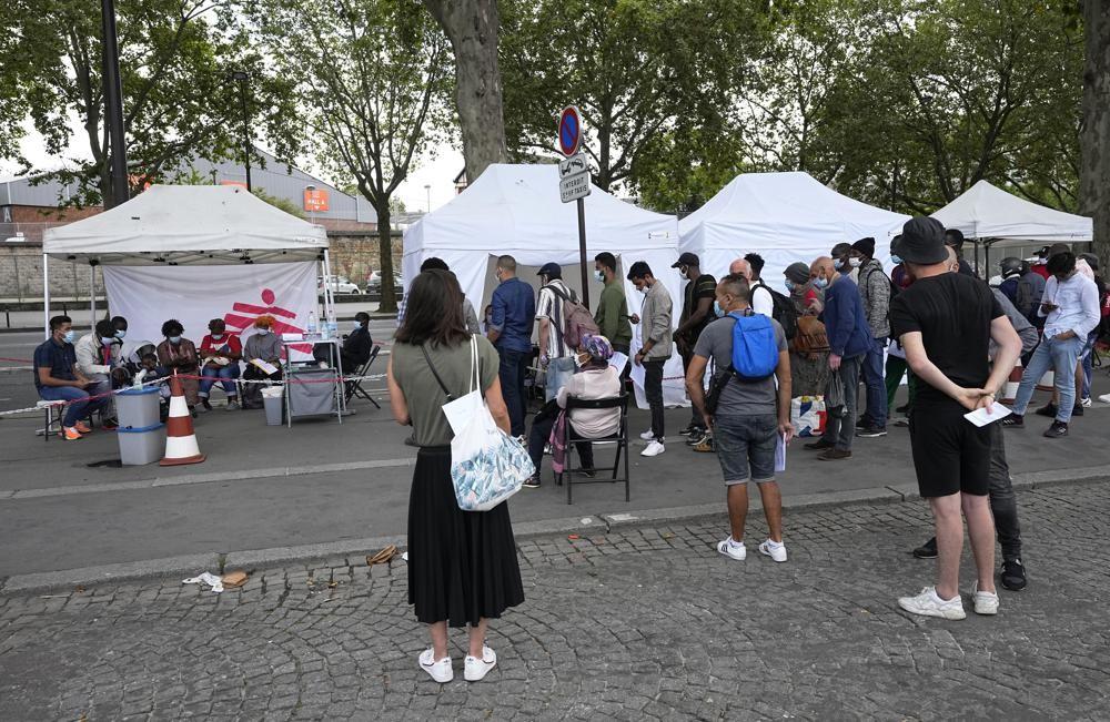 在巴黎等候施打疫苗的民眾。(圖/美聯社)