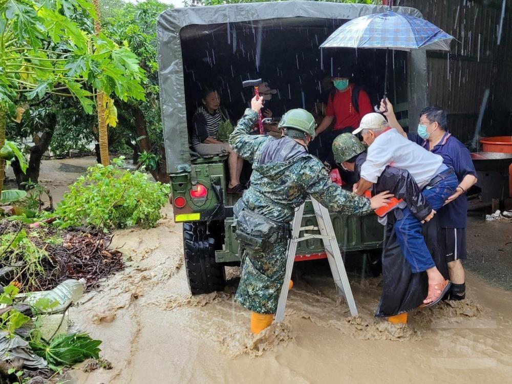 台灣多處豪雨致災•各地國軍加強整備 第四作戰區派員挺進高雄山區•助救災與復原