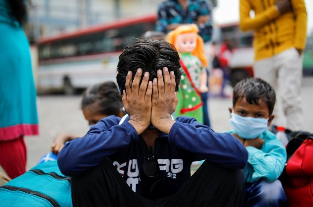 紐約時報報導,全美年輕人正準備返校開學,其中許多仍努力從染疫後就揮之不去的神經、身體和心理症狀中康復。(圖/美聯社)