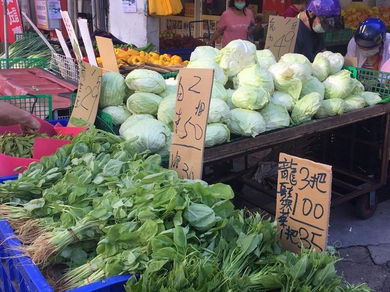 傳統市場10日葉菜類種類明顯變少,不過每把仍在25元,售價為2或3把50元,沒有上漲。高麗菜零售價在撐了一週沒漲的情況下,每台斤49元,...