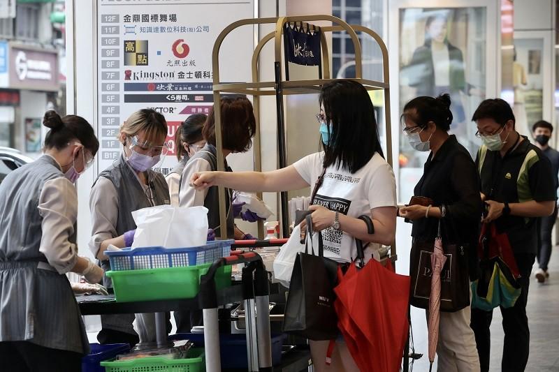 全國疫情警戒降為2級,雙北市自8月3日起也有條件開放餐飲內用,不過部分業者依然維持外帶服務,提供民眾自由選擇。中央社