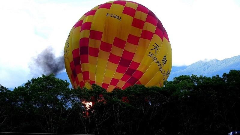 台東熱氣球嘉年華發生熱氣球著火事故,10日有熱氣球升空時,因瞬間風而著火燒出破洞,所幸是繫留而不是自由飛行,人員平安脫困。(民眾提供)中央...