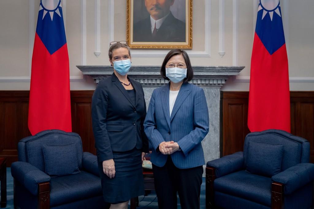 美國在台協會處長孫曉雅上任後於8月10日首度拜見台灣總統蔡英文。(圖/蔡英文臉書)