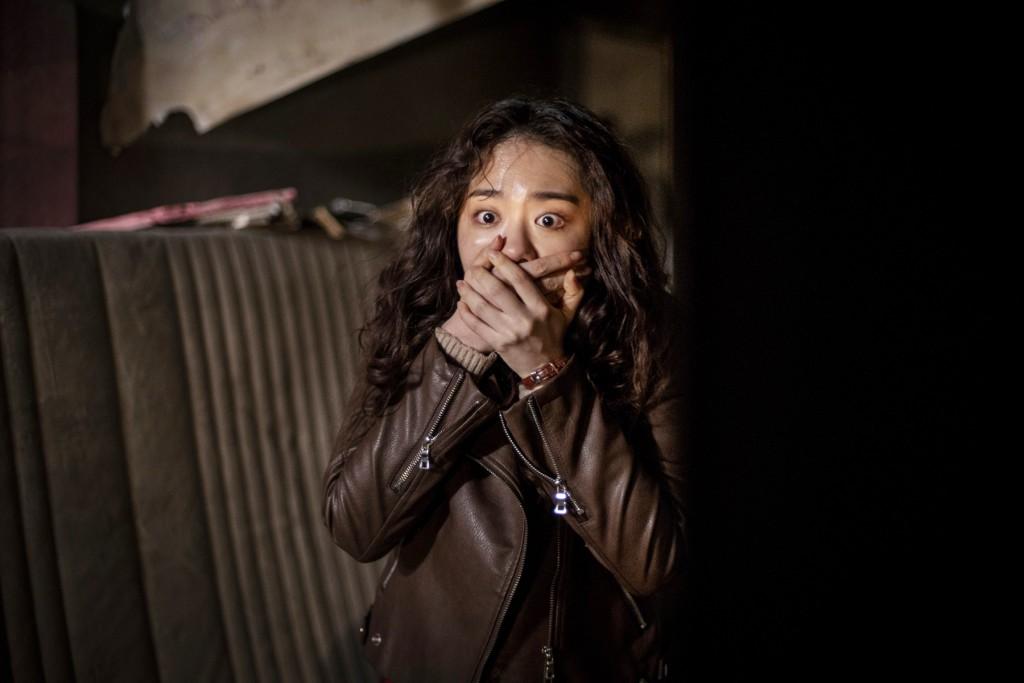 選秀女團IOI成員金素慧坦言怕鬼,這回在《鬼門》裡詮釋勇闖鬧鬼聖地的大學生。(采昌國際多媒體提供)
