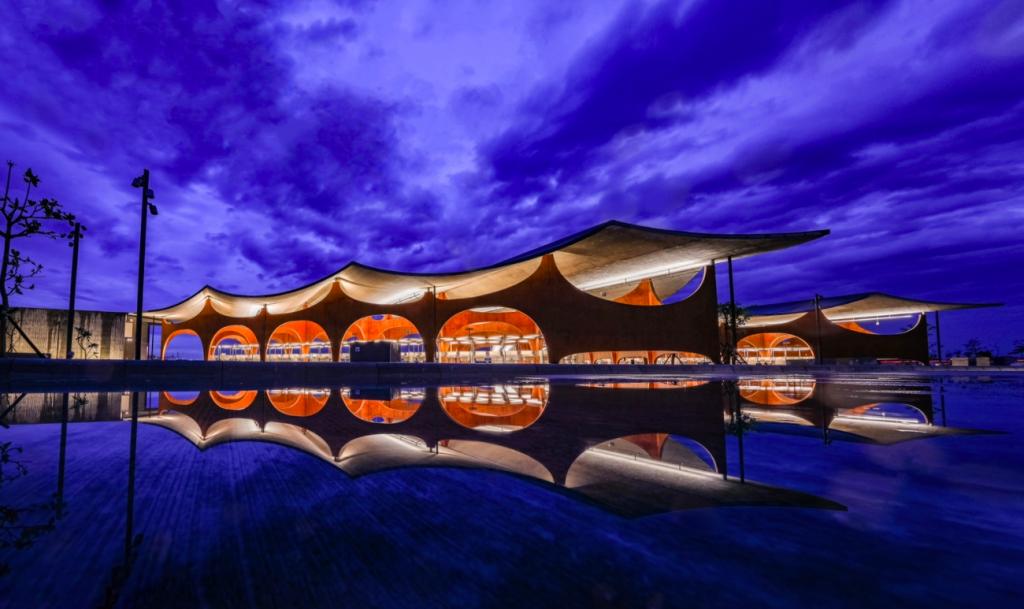台灣南寮絕美新地標!「波光市集」主打黃金沙灘色系 臨海打造大波浪屋頂