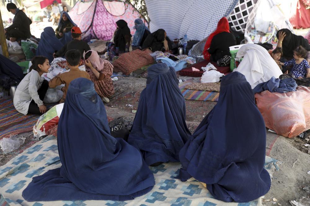 塔利班29日承諾將允許外國公民及持旅在證件的阿富汗人期限後持續飛離當地,也鬆口女性可以在分班的限制下接受大學教育。(圖/美聯社)