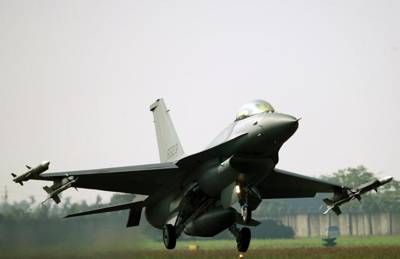 台中漢翔航太公司14日傳出改裝F-16戰機聯胺毒氣外洩意外。圖為F-16同型機。(圖/中央社)