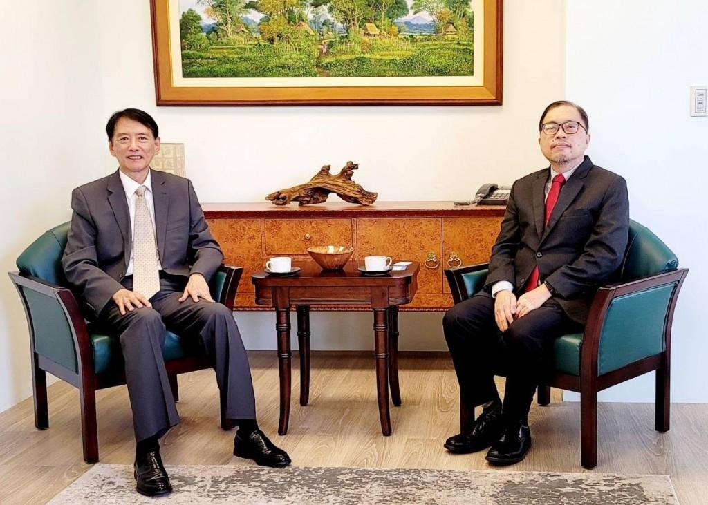 Taiwan News President Jack Cheng (left) and Philippine Representative to TaiwanGilberto F. Lauengco.