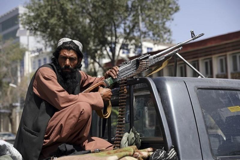 阿富汗總統府前的塔利班武裝份子(圖/AP)
