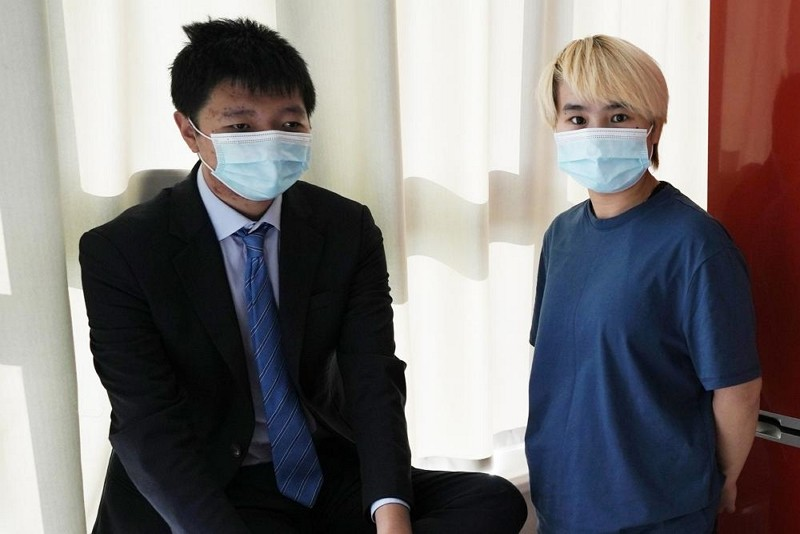 吳歡(右)與未婚夫王靖渝在烏克蘭一處安全地點受訪(圖/AP)