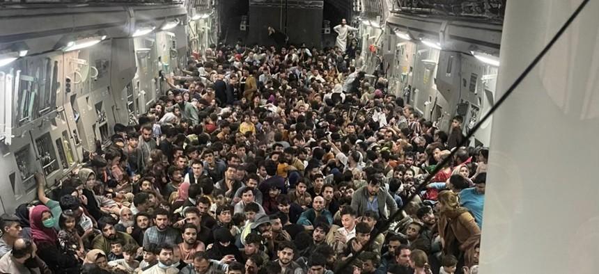 一架美軍C-17運輸機15日搭載640名阿富汗平民逃離喀布爾。( 圖 / Defense One)