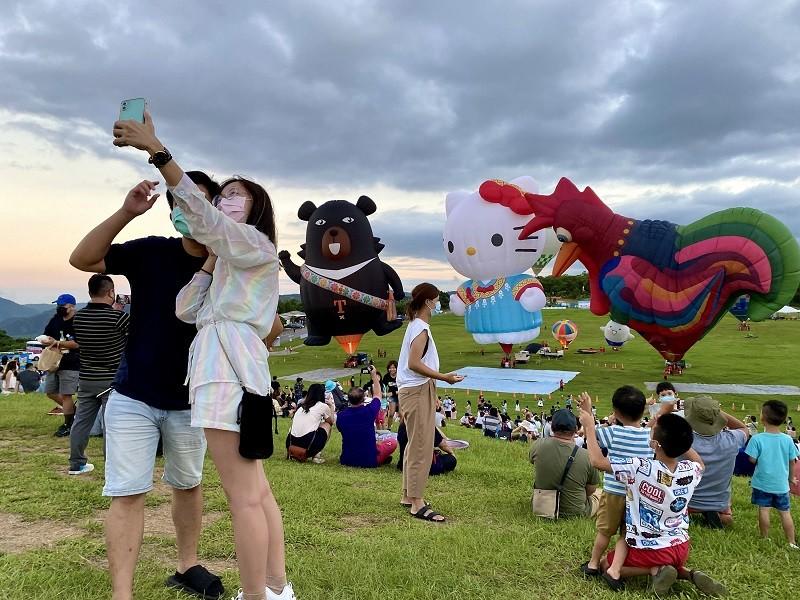 國內COVID-19疫情趨緩,15日天氣晴朗,台東熱氣球嘉年華活動人氣旺,民眾趁著假日出外透氣,留下美好回憶。中央社