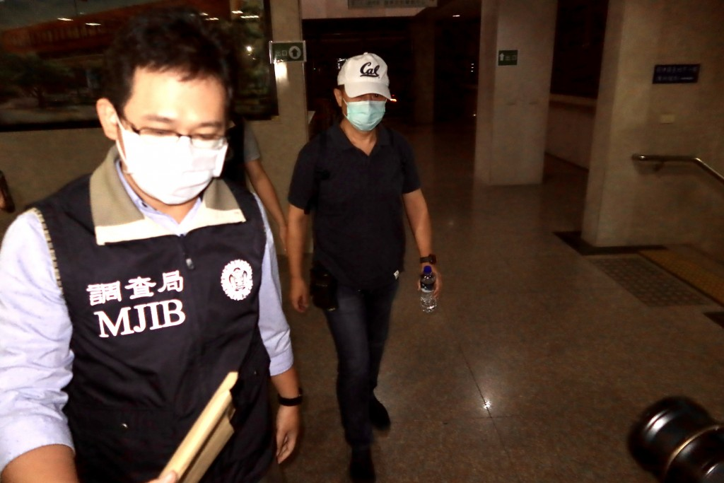 Retired Lt. Col. Wei Hsien-yi (right) arriving at the Taipei District Prosecutors Office for questioning Thursday morning.