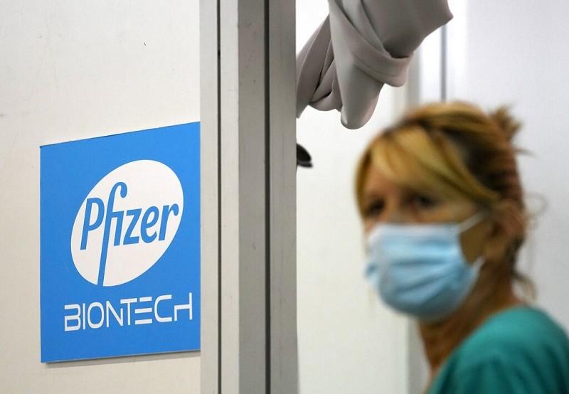歐洲塞爾維亞民眾注射的四種疫苗當中, 也包括輝瑞 (Pfizer) 疫苗(圖/美聯社)